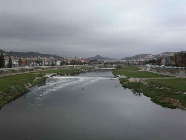 Vista del Rio Besós desde el puente más antiguo de Sant Adrià de Besòs. Autor: José Luis Moncada Collado.