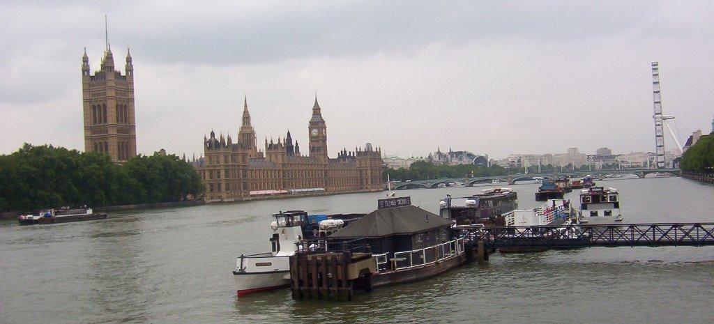 El Tamesis con el parlamento y el ojo al fondo