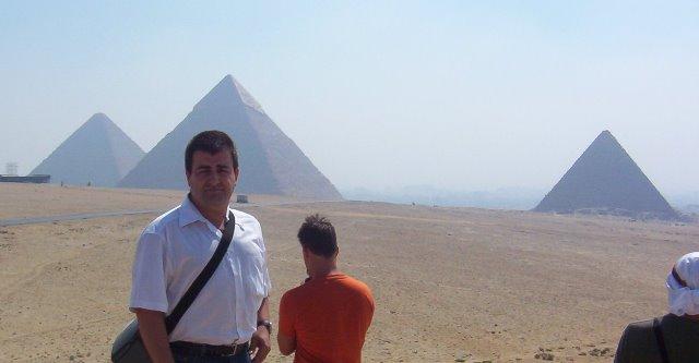 Yo con las pirámides al fondo verano de 2005.
